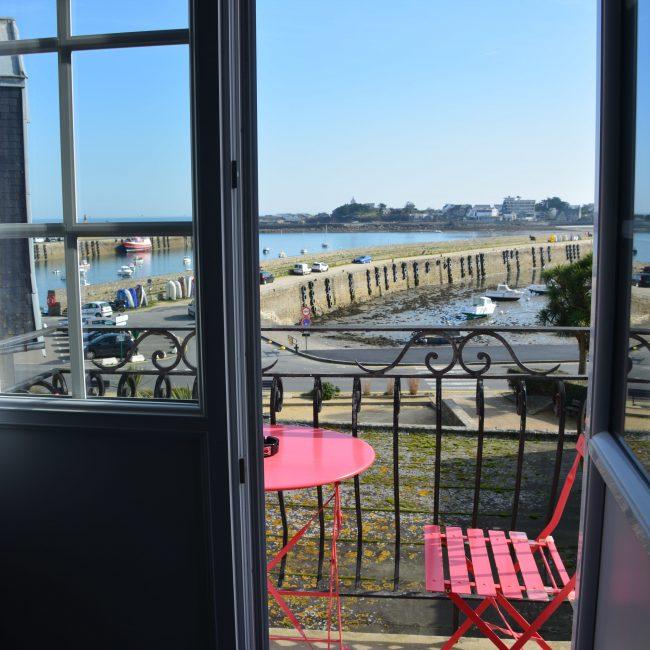 un petit café sur le balcon vue sur le port